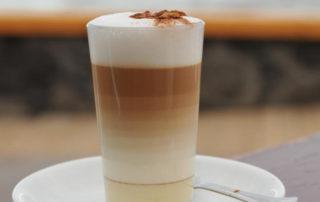 Kóstoljon-bele-Kanári-szigeteki-kávéhatározo-cafe-leche-condensada